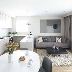Białe meble optycznie powiększą małe wnętrze. Projekt: Katarzyna Uszok-Adamczyk. Fot. Bartosz Jarosz