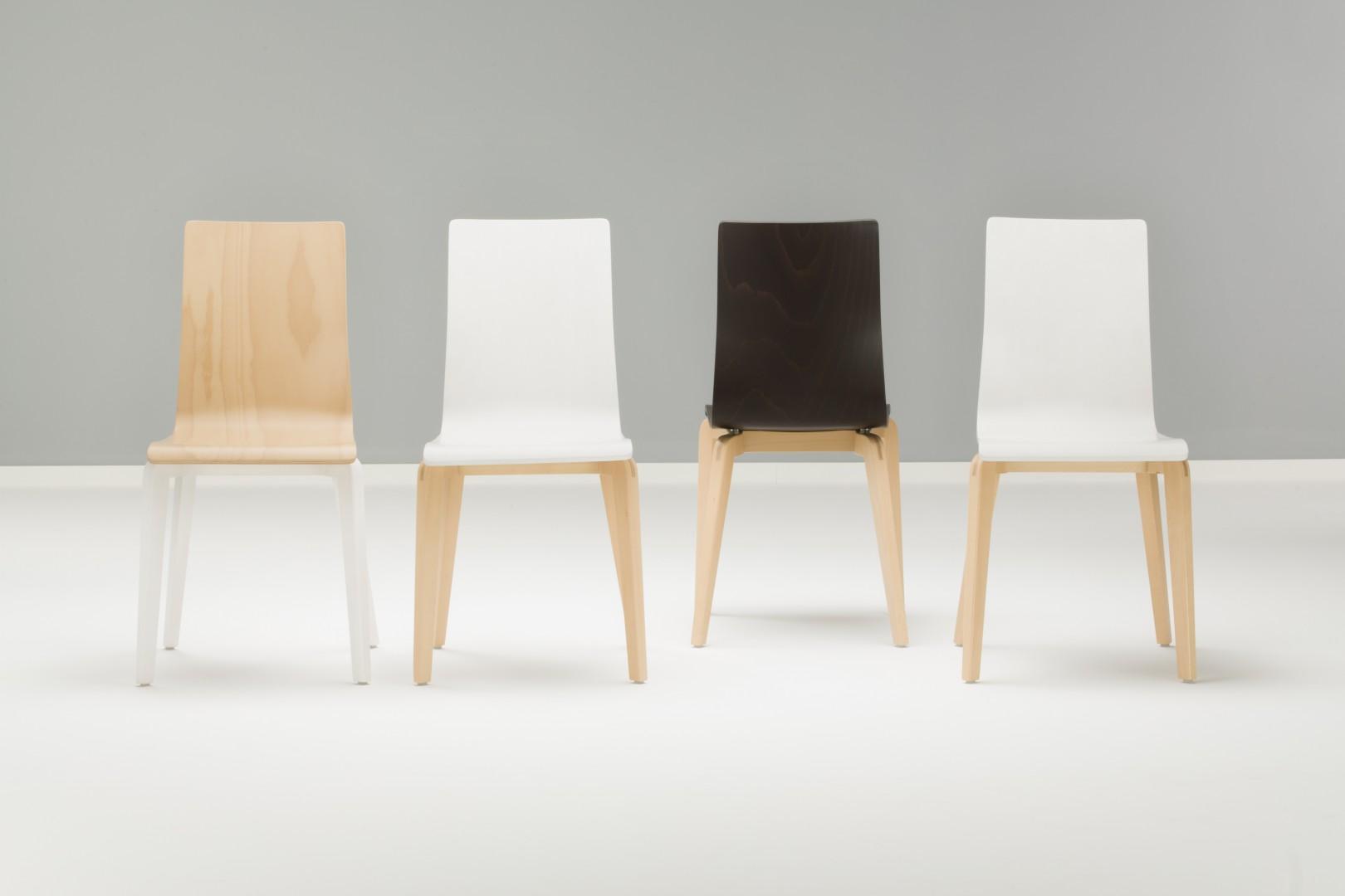 Krzesła z serii Cafe (Grupa Nowy Styl) na drewnianych nogach. Fot. Grupa Nowy Styl