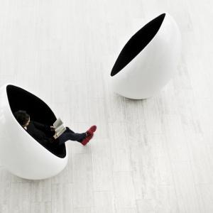 """Karim Rashid zaprojektował dla firmy Martela oryginalne fotele """"Koop"""", wykonane z włókna szklanego. Fot. Martela"""