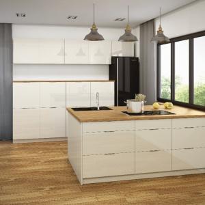 Biała kuchnia Peoria. Drewniany front ładnie komponuje się z bielą frontów. Fot. Classen