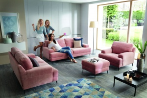 Meble w salonie. Śliczne sofy w pastelowych kolorach