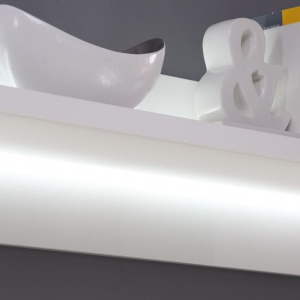 """Podświetlona półka w meblu z kolekcji """"L-light"""" firmy Forte. Fot. Forte"""