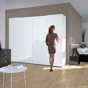 Dzięki profesjonalnym okuciom otwarcie szafy z dużymi frontami nie wymaga większego wysiłku. Fot. Hettich