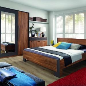 Sypialnia Adria to meble w ciepłych, orzechowych barwach. Fot. Forte