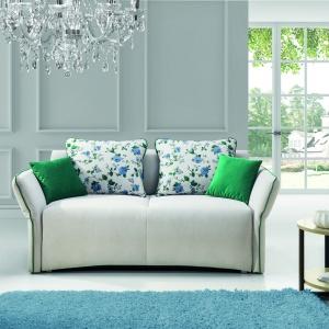 Sofa Vario wyróżnia się ciekawą, klasycyzującą formą. Fot. Stagra