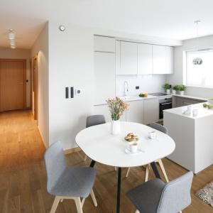 Całkowicie biała kuchnia będzie dobrym tłem dla salonu. Projekt: Katarzyna Uszok-Adamczyk. Fot. Bartosz Jarosz