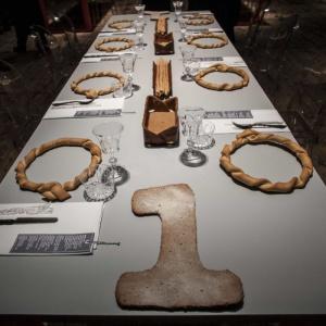 Stół wykończony laminatami z kolekcji