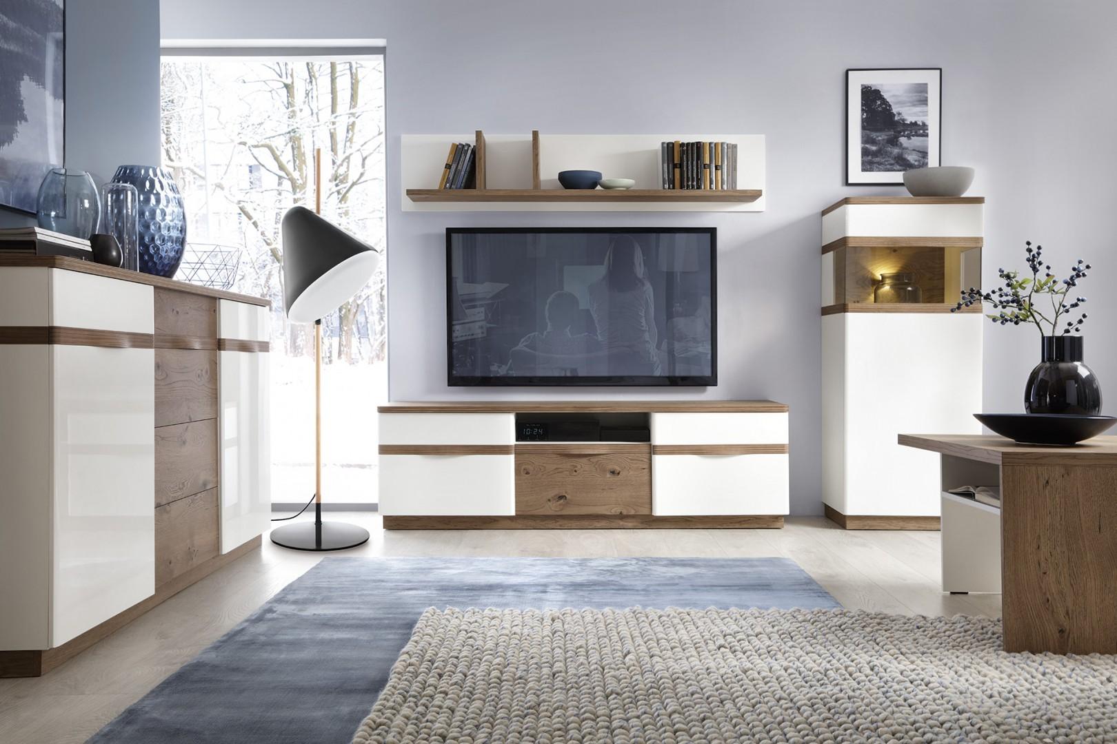 Kolekcja Como to białe meble ocieplone drewnem.  Szafka RTV posiada otwartą półkę na dekoder. Fot. Taranko