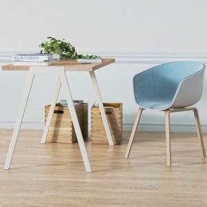 Kubełkowe krzesła i stolik na cienkich nóżkach doskonale wpiszą się w skandynawską aranżację wnętrza. Fot. Borcas