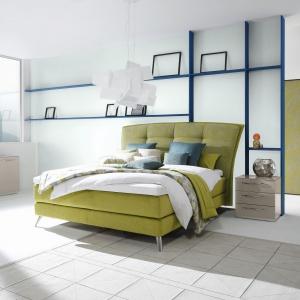 Łóżko z serii Design Collection ma wspaniały, wysoki zagłówek. Fot. Huelsta