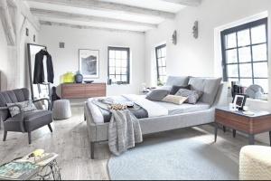 Nowoczesna sypialnia. 10 inspiracji na szare łóżko.