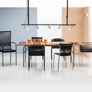 """Z ręcznie wyplatanych krzeseł ogrodowych """"Les copains"""" niemieckiej firmy Brühl można tworzyć indywidualne kompozycje. Fot. Brühl"""