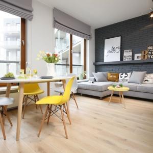 Kolorowe krzesła ustawione przy stole mogą ożywić wnętrze i dodać mu dynamiki. Projekt: Ola Kołodziej, Urszula Szmyt. Fot. Bartosz Jarosz