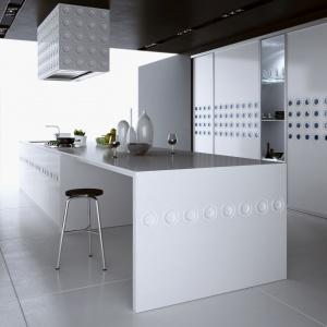 Kuchnia połączona z salonem może przybrać różne formy: półotwartą wydzieloną wyspą, barkiem, ścianką działową, oddzieloną częściowo drzwiami przesuwnymi lub w pełni otwartą. Fot. Komandor