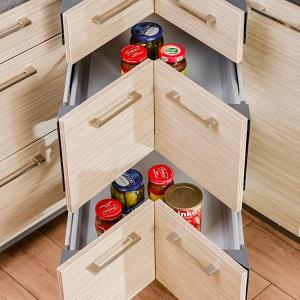 Nawet trudne do zagospodarowania szafki narożne można przeznaczyć na przechowywanie zapasów. Tajemnica tkwi w skutecznych rozwiązaniach, które pozwolą optymalnie wykorzystać całą dostępną przestrzeń. Fot. KAM