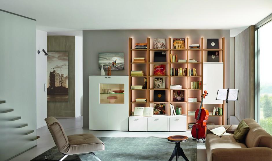 Kolekcja Nuria zapewnia wiele wygodnych półek, na których możemy przechowywać książki. Fot. Huelsta