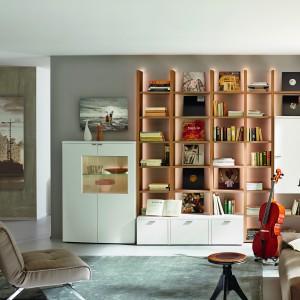 Kolekcja Nuria łącząca białe fronty szafek z drewnianymi półkami. Fot. Hülsta