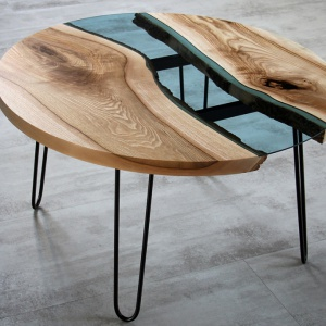 Stół marki Malita Just Wood ze wstawką w błękitnego szkła. Fot. Malita Just Wood