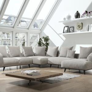 Sofa Lindos na wysokich nóżkach. Mebel prezentuje się lekko wizualnie. Fot. Primavera Furniture