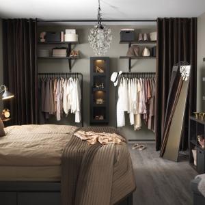 Garderoba ukryta za kotarą będzie ciekawą dekoracją sypialni. Fot. IKEA