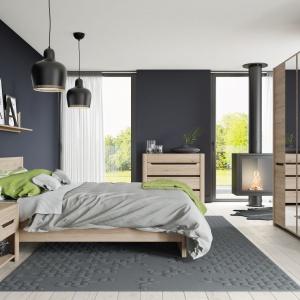 Sypialnia Desjo wykończona dekorem dąb sanremo wyróżnia się dzięki efektom 3D dającym optyczne wrażenie głębokiej powierzchni. Fot. Szynaka Meble