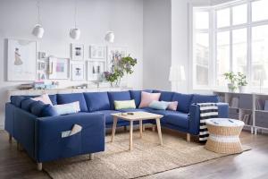 Sofa w salonie. 10 modeli na wysokich nóżkach