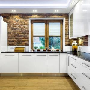 Białe meble kuchenne dają szerokie pole dekoracji ścian w kuchni. Fot. Studio AK/Max Kuchnie