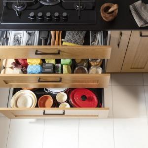 W kuchni warto postawić na wysoką zabudowę, w której nie zabraknie szuflad, szafek i półek. Fot. Häfele