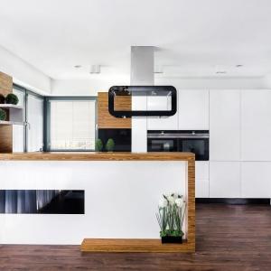 Półwysep doskonale oddziela kuchnię od salonu  i stanowi modną dekorację wnętrza. Fot. Studio Bossi/Max Kuchnie