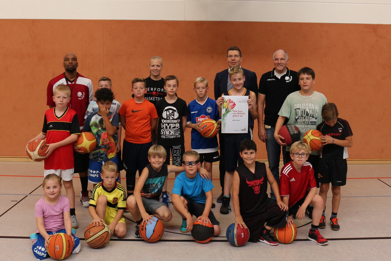 Harald Steffen (z tyłu z prawej strony) jest prezesem Klubu Koszykówki Herford. Fot.: Hettich