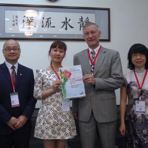 Chris Lu z Chin (z prawej) angażuje się w utworzenie biblioteki w jednej ze szkół podstawowych. Fot.: Hettich