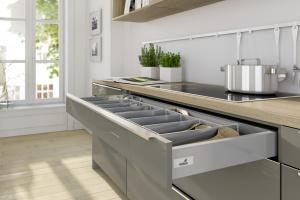 Przechowywanie w kuchni. Zalety niskich szuflad