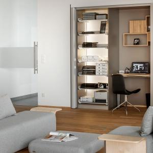 W garderobie można zastosować różne rodzaje koszyków i pudełek, które ułatwią przechowywanie mniejszych rzeczy, wedle naszych potrzeb. Fot. Peka