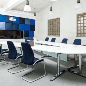 """Panele """"Oktav"""" firmy Kinnarps są pokryte tkaninami """"Delta"""" i """"Blazer"""" w rozmaitych kolorach i można z nich tworzyć efektowne wzory. W zestawie znajdują się uchwyty do paneli i listwa montażowa, która ułatwia zawieszanie. Fot. Kinnarps"""