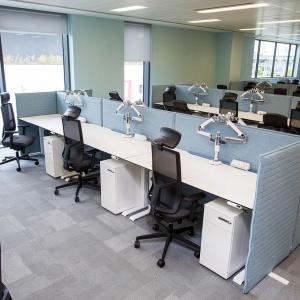 System wolnostojących ekranów akustycznych firmy Furniko. Fot. Furniko