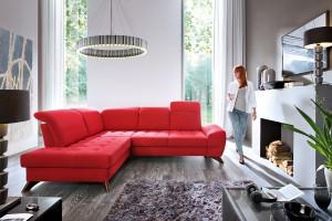 Czerwona sofa - zobacz, jak pięknie może wyglądać w salonie!