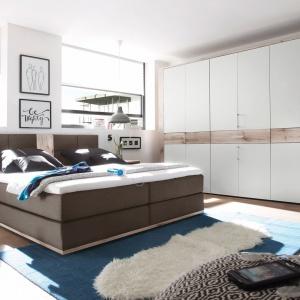Sypialnia Tampa to wybór dla osób, które cenią sobie funkcjonalne przestrzenie urządzone w minimalistycznym stylu. W skład systemu meblowego wchodzą: wygodne, tapicerowane łóżko, pojemna szafa oraz szafki nocne. Fot. Black Red White