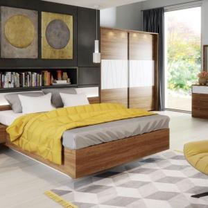 W meblach do sypialni Zefir zastosowano połączenie dwóch kolorów. Fot. Szynaka Meble