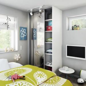 Szafa pod zabudowę pozwala na zagospodarowanie trudnych miejsc w domach i mieszkaniach, np. wnęki w przedpokoju, skosy na poddaszu. Fot. HTH