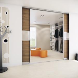 Po otwarciu drzwi do szafy czy wejściu do garderoby całą swoją odzież będziemy mieć widoczną jak na dłoni. Fot. HTH