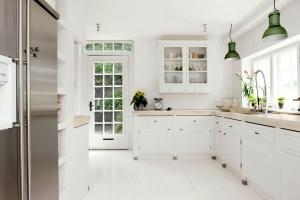 Biała czy w kolorze - trendy w zabudowach kuchennych