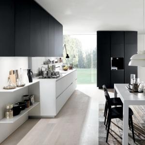 Biel i ciemny, prawie czarny grafit w kuchni włoskiej marki. Fot. Euromobil