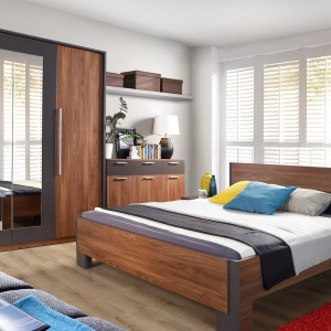 Sypialnia Adria. W kolekcji znajdziemy niezbędne, najpotrzebniejsze w sypialni elementy: szerokie łóżko, pojemną szafę, komodę i stolik nocny. Fot. Meble Forte