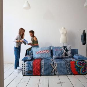 """Sofa w wersji """"Blue"""" z kolekcji """"Play Full"""" firmy Libro zdobiona jest swoistym patchworkiem wykorzystującym przeskalowane motywy. Fot. Libro"""