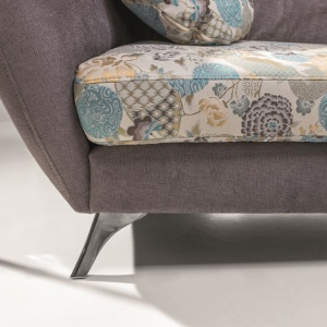 """Wśród nadruków zdobiących tapicerkę największą popularnością cieszą się motywy naturalne. Na zdjęciu: sofa """"Vittorio"""" firmy Stagra. Fot. Stagra"""