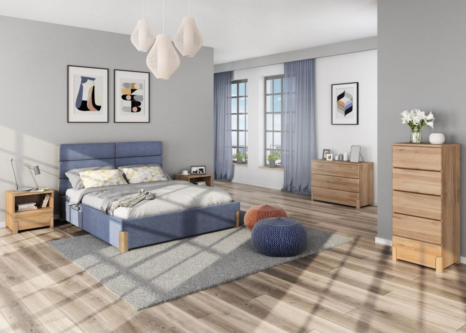 Kolekcja Lorem cechuje się współczesną, prostą, stylistyka oraz ponadczasowe wzornictwo. Meble wykonane są z drewna dębowego, który delikatnym rysunkiem na frontach ozdobi wnętrze sypialni. Kolekcja uzupełniona jest o tapicerowane łóżko z wysokim zagłówkiem. Fot. Paged