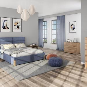 Kolekcja Lorem. Meble wykonane są z drewna dębowego, który delikatnym rysunkiem na frontach ozdobi wnętrze sypialni. Kolekcja uzupełniona jest o tapicerowane łóżko z wysokim zagłówkiem. Fot. Paged