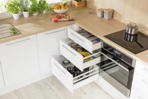 Przechowywanie w kuchni. Postaw na wygodną szufladę