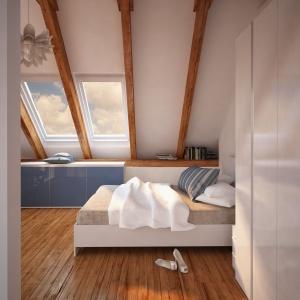 Biel pozwala optycznie powiększyć małą sypialnię ze skośnym sufitem. Fot. Komandor
