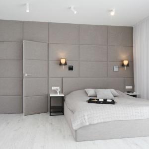 Minimalistyczne szafki nocne doskonale sprawdzają się w nowoczesnej sypialni. Projekt: Ewelina Pik, Maria Biegańska. Fot. Bartosz Jarosz